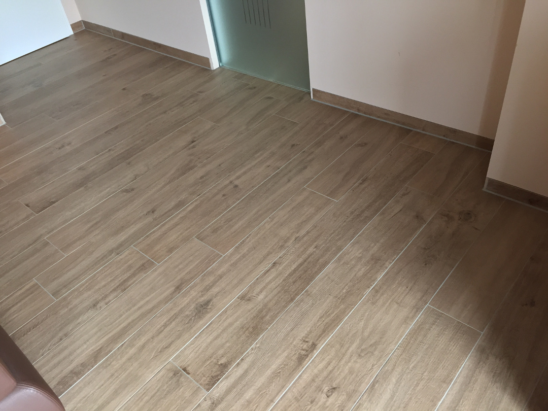 fliesensockel-hoehe-schneiden-flaechenbuendig-fliese-holzoptik-treverk-home