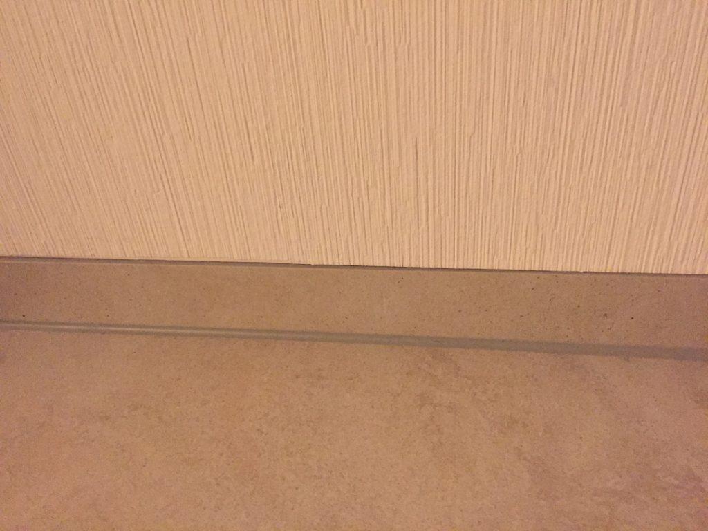 sockel-verlegen-schneiden-tapete-betonoptik-90x90